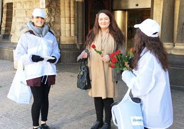 Quadral distribue des roses