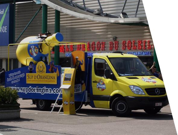 Orangina publicité sur camion en 3D - Véhicule affichage mobile - Camion Podium 3D - Groupe NON STOP MEDIA