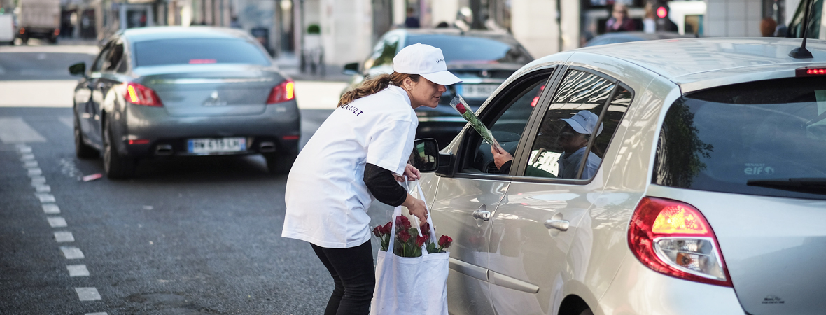 Distribution de roses en street marketing avec le Groupe NON STOP MEDIA