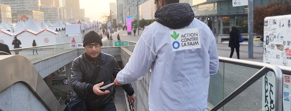 Action contre la Faim street marketing distribution de tracts - NON STOP MEDIA IDF