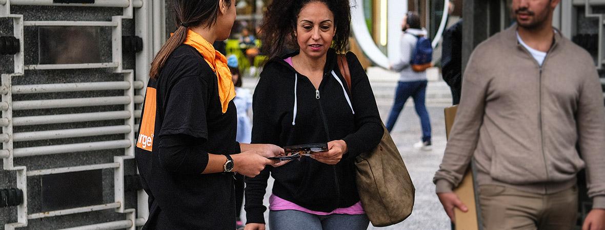 Orange communique en street marketing avec diffusion de flyers - NON STOP MEDIA IDF