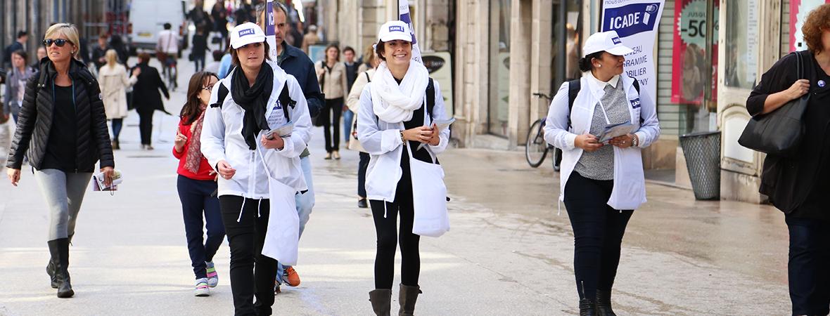 Distribution de tract et body flag, drapeau publicitaire portable - street marketing - NON STOP MEDIA Rhône Alpes