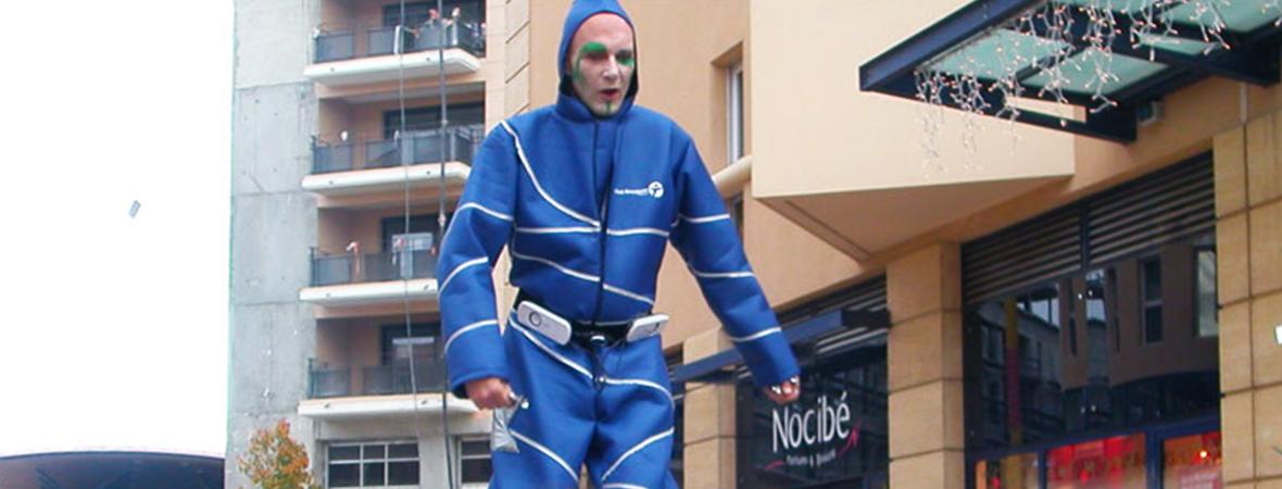 Personnel d'animation avec échassiers - street marketing - NON STOP MEDIA Rhône Alpes