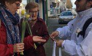 Street marketing : animateur aux couleurs d'Intermarché donne des fleurs jaunes et jetons à deux passantes - NON STOP MEDIA Atlantique