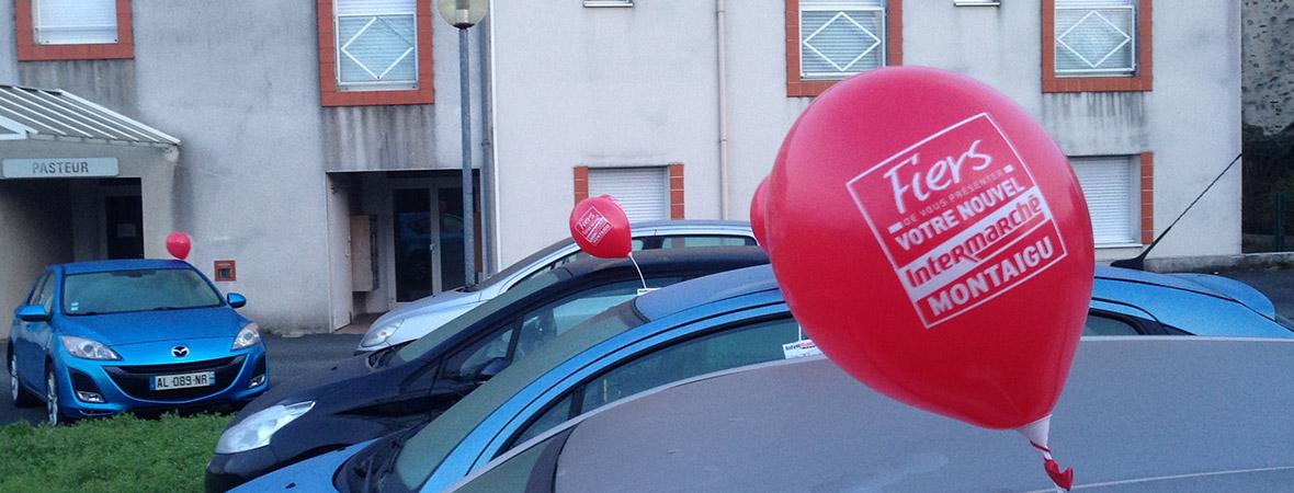 Voitures parebriser de ballons publicitaires stationnées devant immeuble