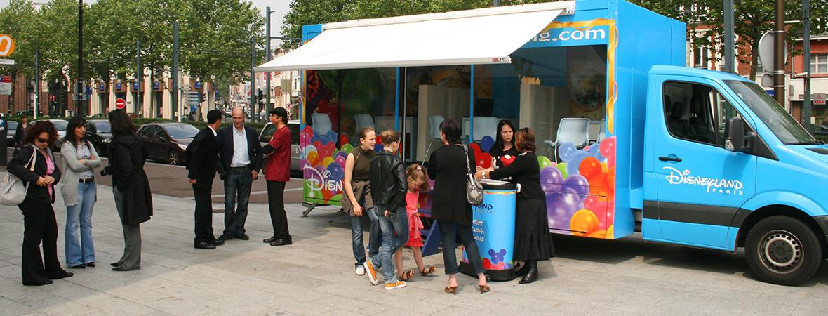 Camion showroom, la vitrine de Disneyland Paris; affichage mobile et street marketing - NON STOP MEDIA Atlantique