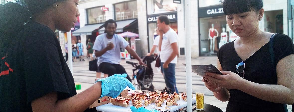 Pizza Hut street marketing distribution de pizzas et flyers - NON STOP MEDIA Centre