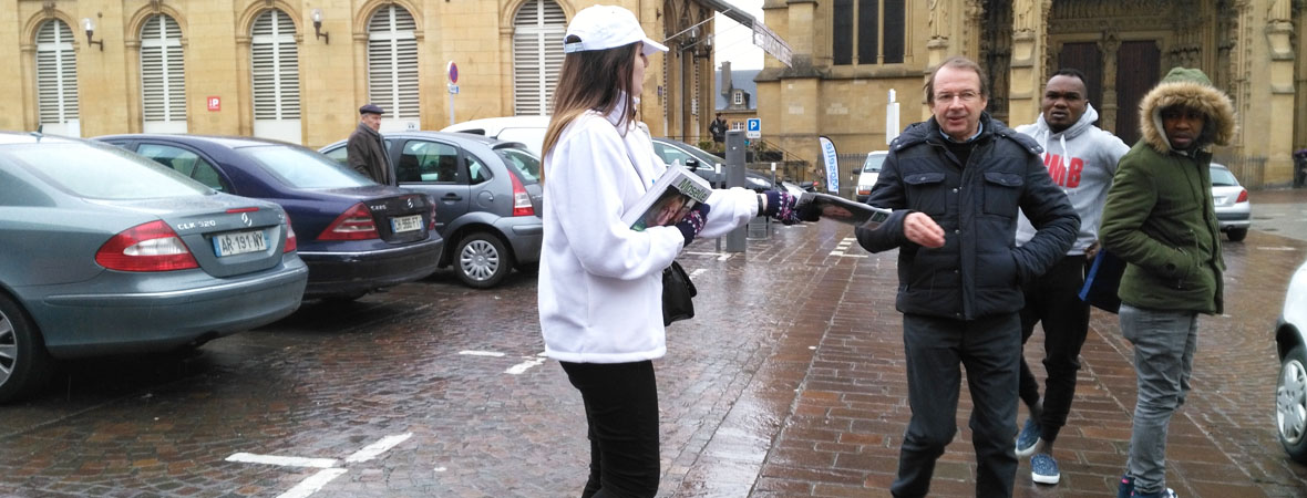 distribution du magazine Moselle Infos en street marketing avec NON STOP MEDIA Grand Est