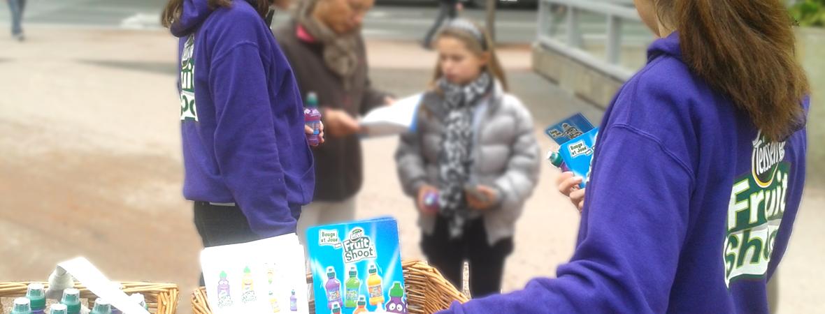 Une distribution de jus Teisseire en ville - Groupe NON STOP MEDIA