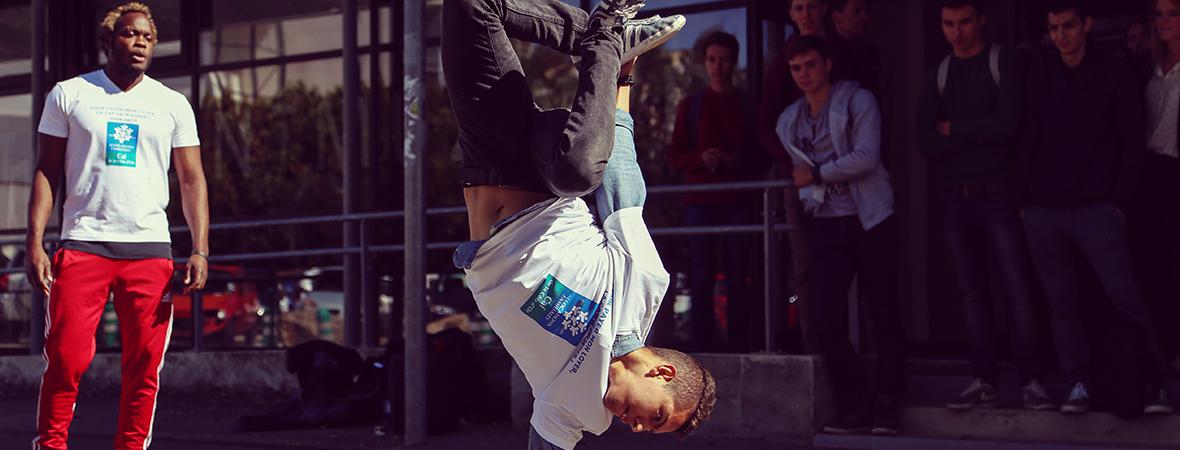 Opération spéciale avec danseurs pour la CAF - Street marketing - Groupe NON STOP MEDIA