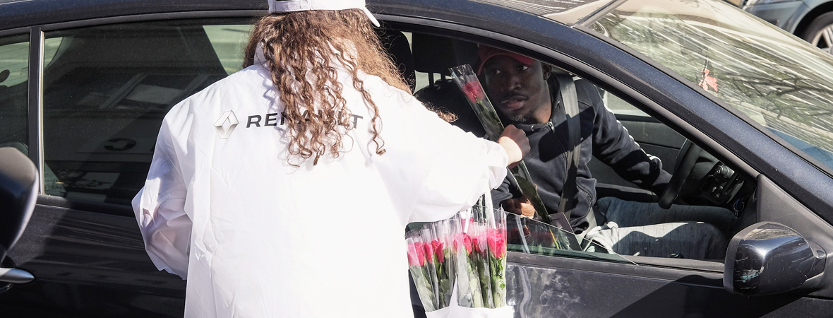 Distribution de roses en street marketing avec le Groupe NON STOP MEDIA