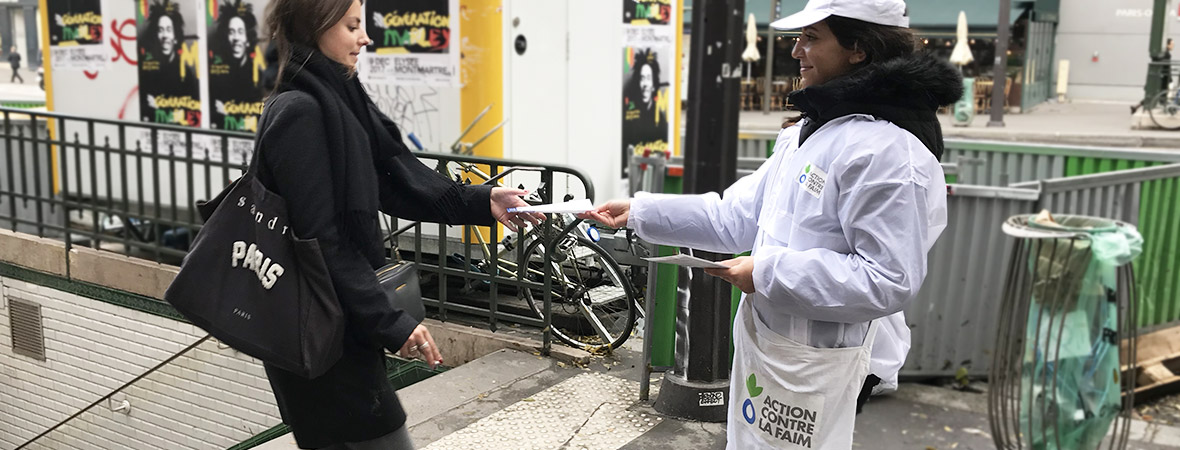 L'association Action contre la Faim distribue des tracts - NON STOP MEDIA Île de France