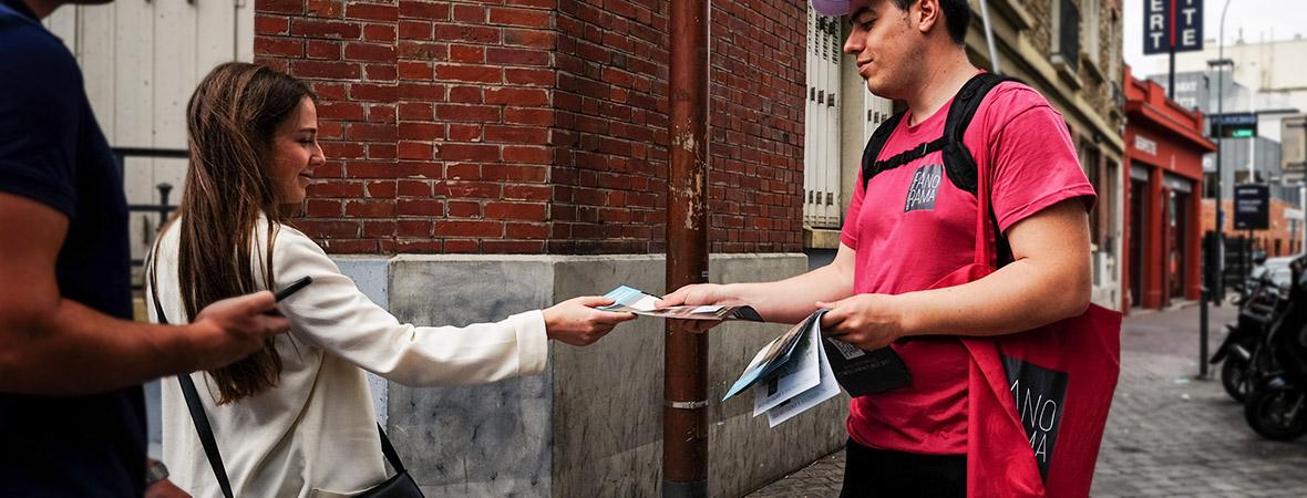 Ogic communique en street marketing avec une diffusion de flyers - NON STOP MEDIA Île de France