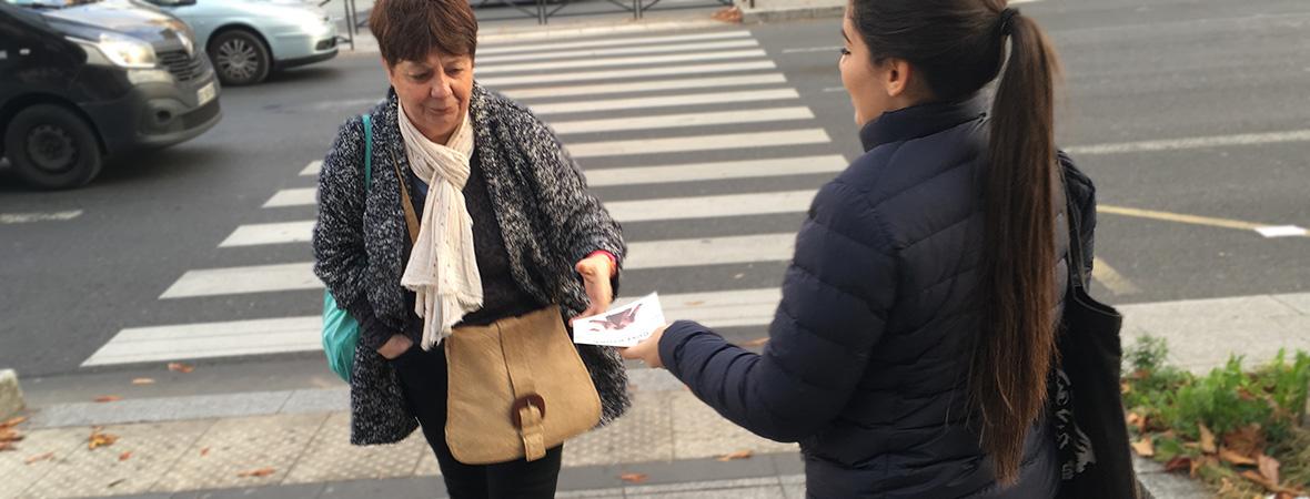 Uniqlo communique en street marketing avec une distribution de flyers - NON STOP MEDIA Île de France