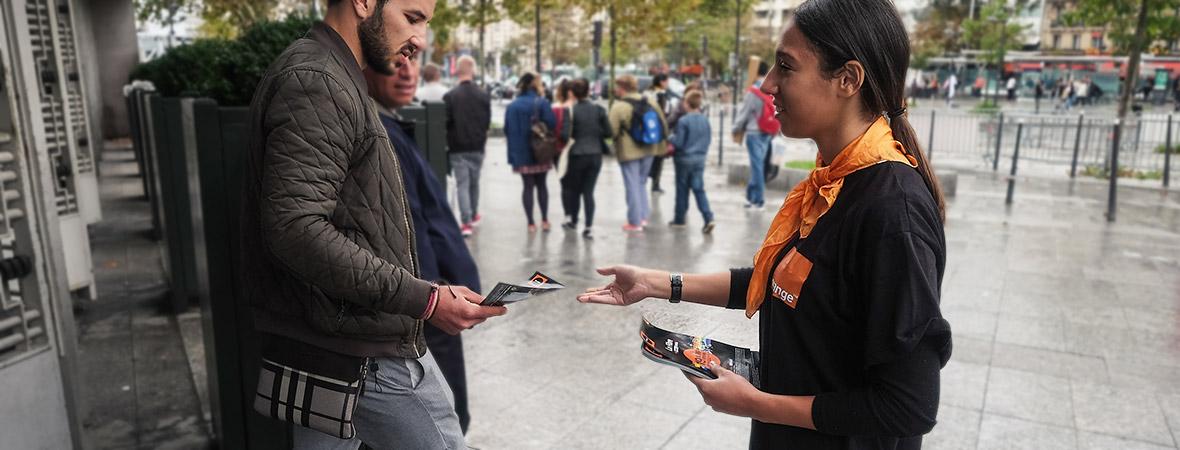 Orange communique en street marketing avec diffusion de flyers - NON STOP MEDIA Île de France