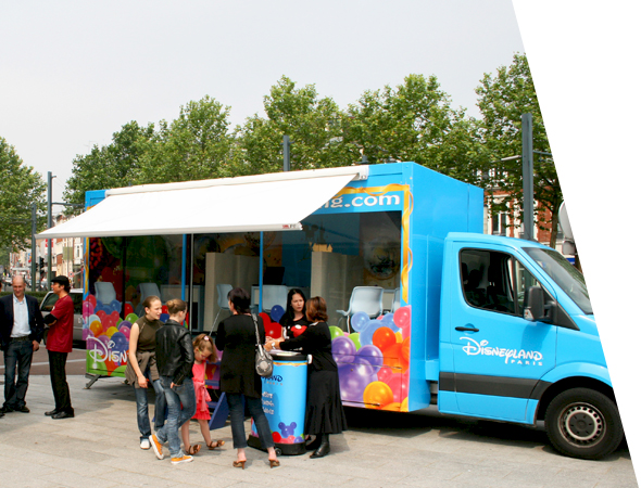 Camion vitrine publicitaire pour le street marketing, affichage mobile - NON STOP MEDIA Normandie