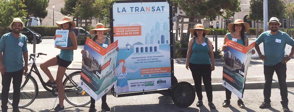 Marketing de proximité : groupe animateurs avec Bike com et journaux géants NON STOP MEDIA PACA