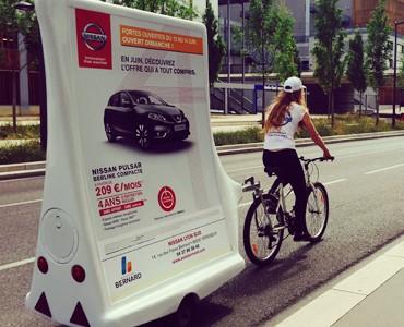 Nissan s'affiche sur vélo pub