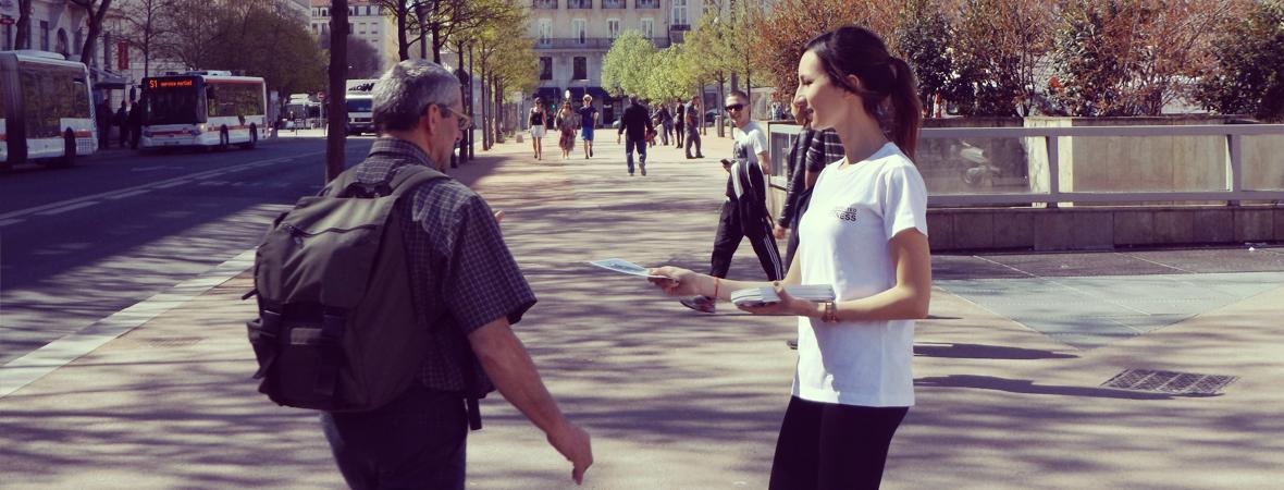 Confluence distribue des flyers - NON STOP MEDIA Rhône Alpes
