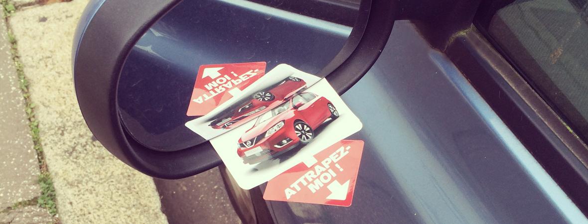 Diffusion d'imprimés publicitaires Nissan sur les rétroviseurs des voitures Nissan - NON STOP MEDIA Rhône Alpes
