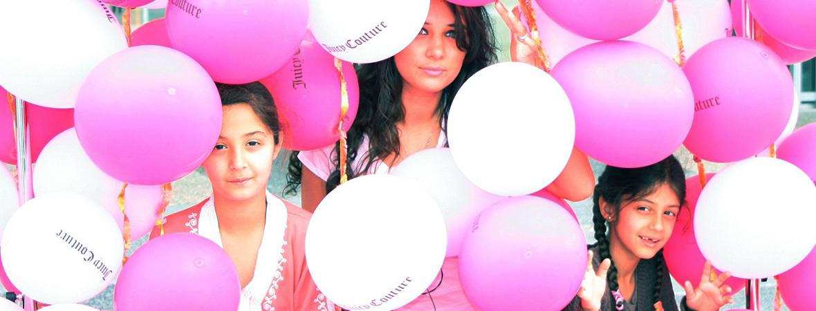 Photoshoot avec fond de ballons Juicy Couture - Groupe NON STOP MEDIA
